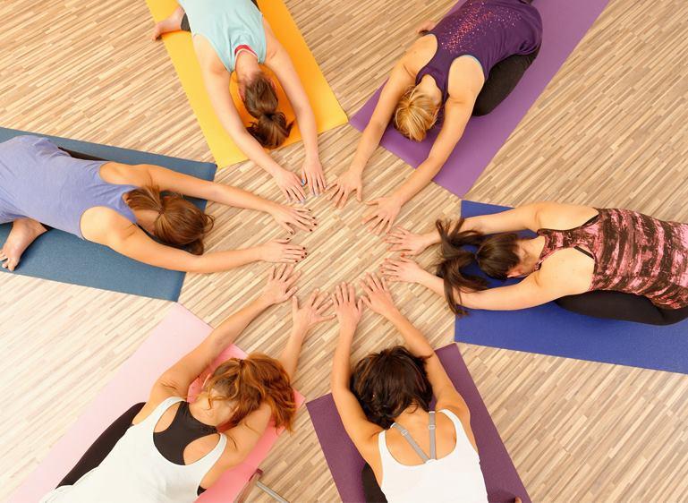 six salariés femmes faisant du yoga en entreprise pour améliorer le bien-être au travail