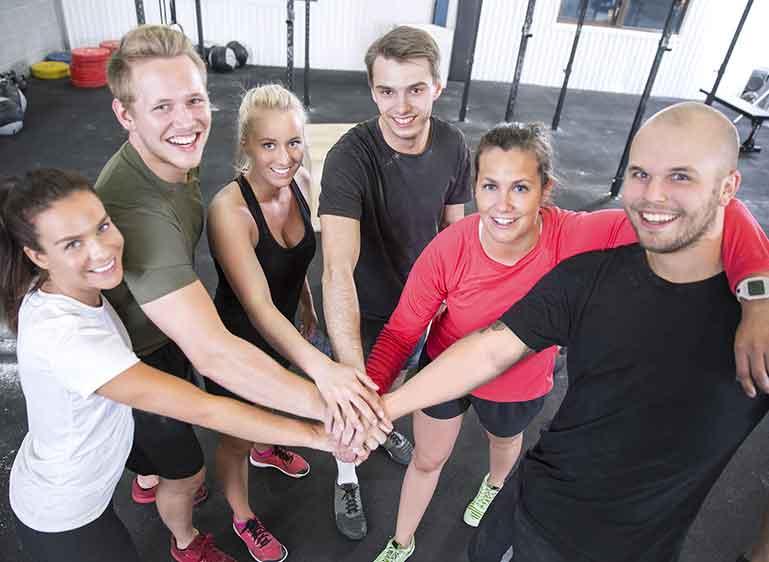 Six collaborateurs dans une salle de sport, pour illustrer la place du  sport dans le milieu professionnel : Un outil de performance pour l'entreprise