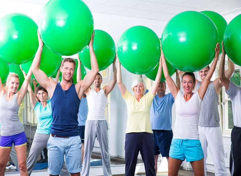 L'activité physique en entreprise, ici un exercice avec des swiss balls : un levier de compétitivité pour l'entreprise, d'après une étude du Medef sur l'impact économique de l'activité physique et sportive sur l'entreprise, le salarié et la société.